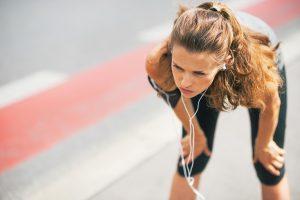 לספורטאית כואב הברכיים
